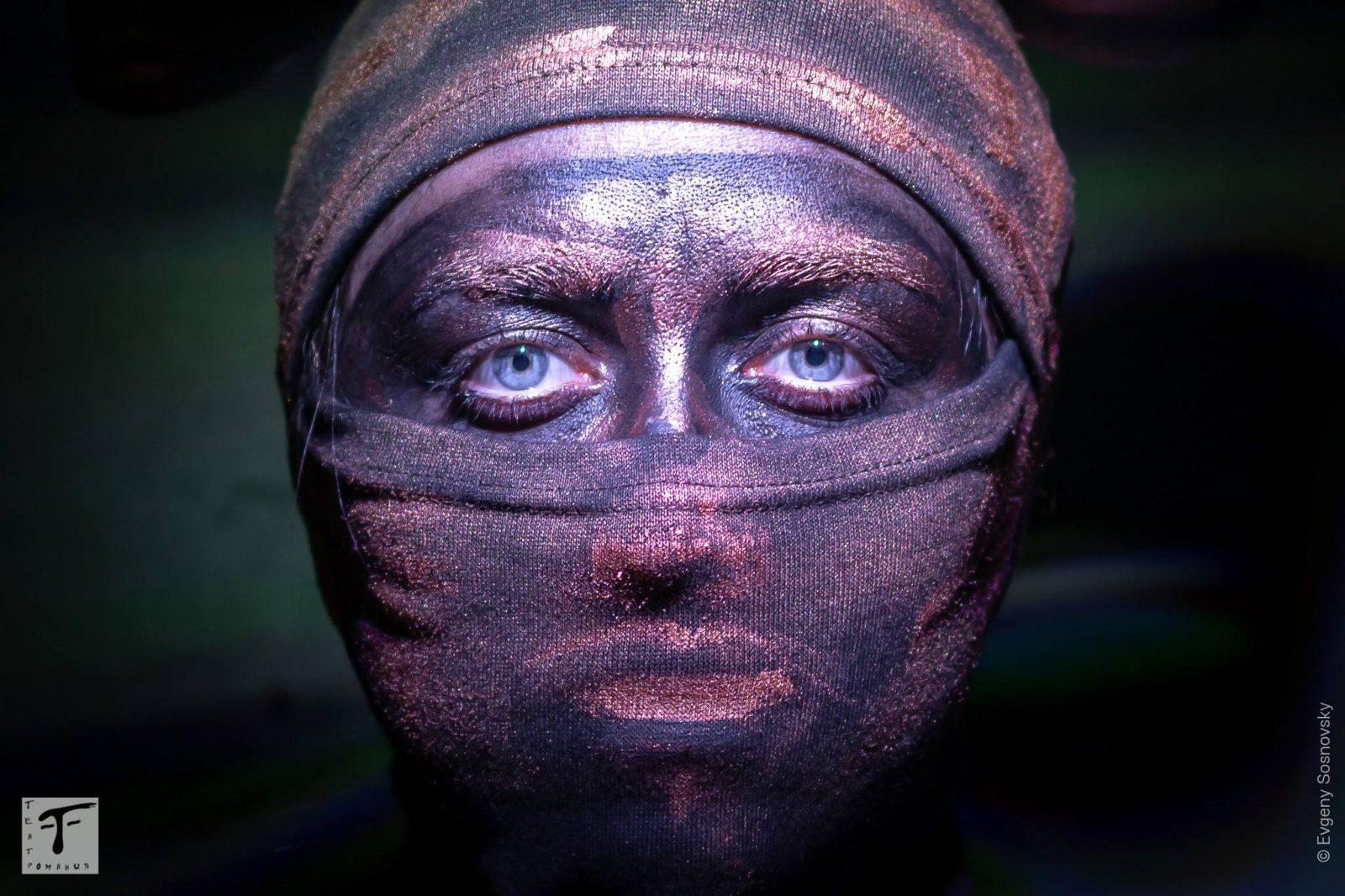 фотография одной из живых статуй во время спектакля