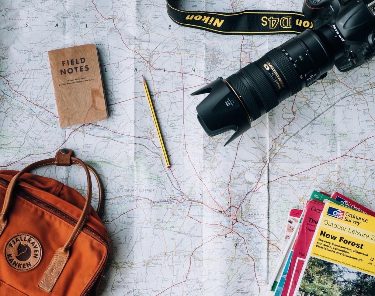 фотография карты и лежащего на ней путеводителя