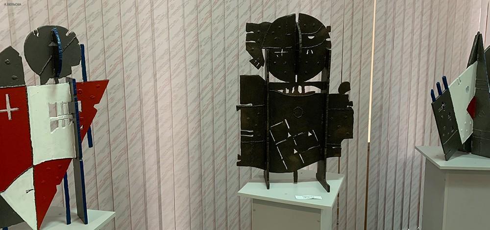 фотография экспозиции металлических скульптур